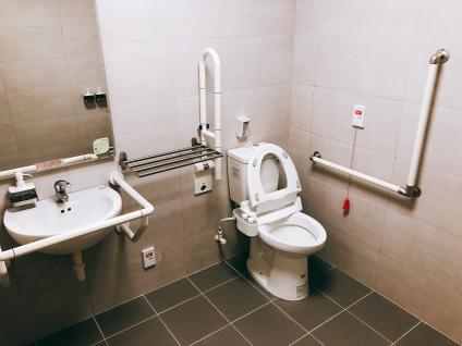 每房獨立無障礙衛浴空間。