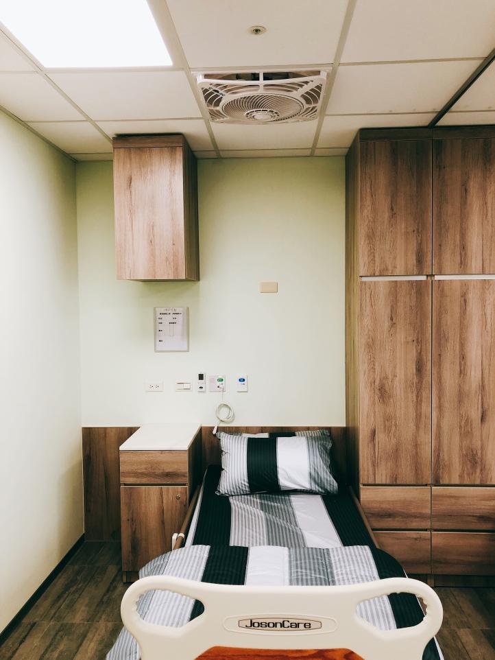 每床配置個人照明與置物空間。使用200織精梳棉寢具、QShion 日本科技氣纖床墊、JosonCare 電動醫療床,提供住民更好的休息品質。