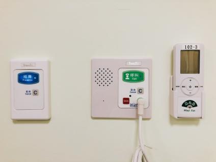 床頭設有對講式呼叫鈴與巡房鈕,確保住民照護品質。