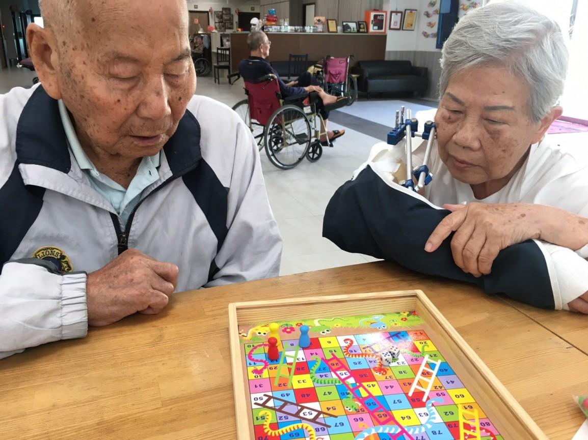 【休閒日常】樂齡桌遊—蛇梯棋🐍+跳棋♟